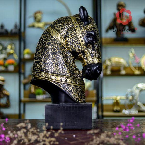 tượng đầu ngựa trang trí với hình dáng một con mã trên bàn cờ vua