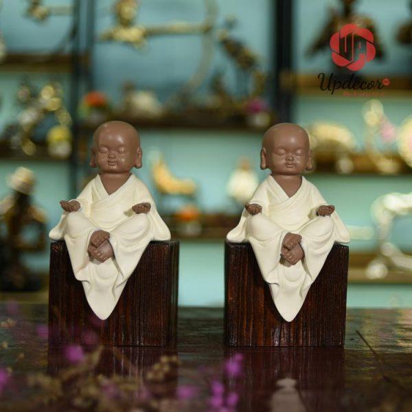 hình ảnh một chú tiểu nhắm mắt an yên ngồi thiền, bộ tượng còn mang những triết lý Phật giáo