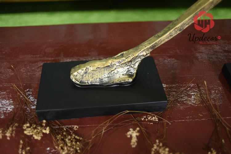 Phần chân đế chắc chắn của bức tượng
