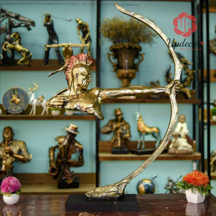 Đồ decor trang trí phòng khách chính là bức tượng thổ dân bắn cung đầy ấn tượng