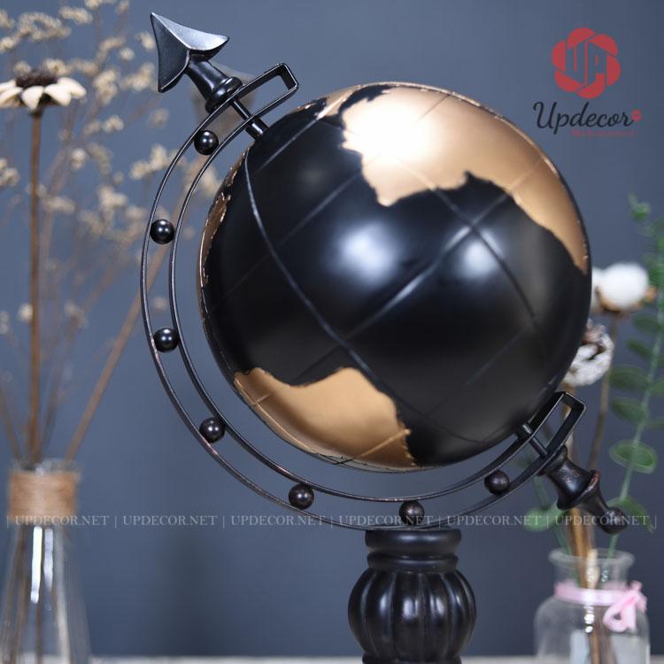 Quả địa cầu được đỡ trên một cánh cung bằng sắt và đặt nghiêng theo hình dáng của quả địa cầu thật