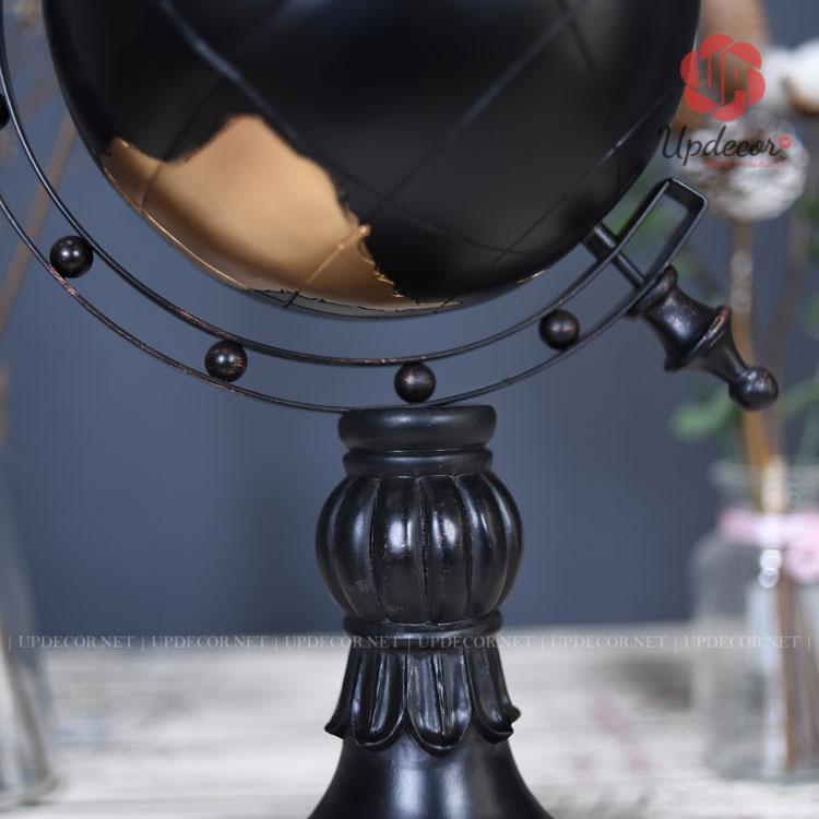 Phần giá đỡ được liên kết với một đế trụ rất cổ điển