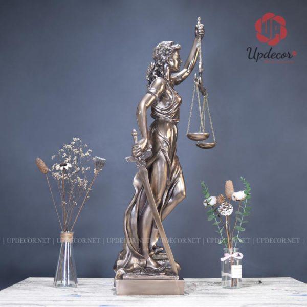 Đặc trưng của tượng nữ thần công lý đó chính là hình ảnh của tay cầm gươm, tay cầm cán cân và dải băng bịt mắt