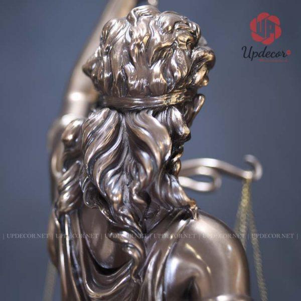 Mái tóc xoăn của nữ thần rất bồng bềnh và đẹp mắt