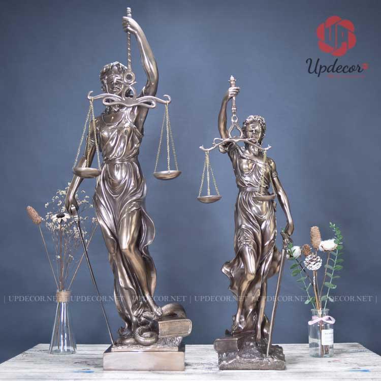 Hình ảnh hai bức tượng nữ thần công lý cao 92 Cm và cao 72 Cm đứng cạnh nhau