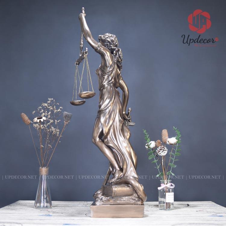 Dáng người của nữ thần rất mềm mại và uyển chuyển tạo nên sự quyến rũ của người phụ nữ