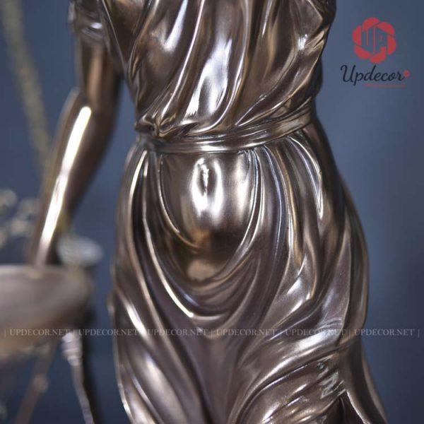 Những đường cong mềm mại được thể hiện rõ nét trên cơ thể của bức tượng