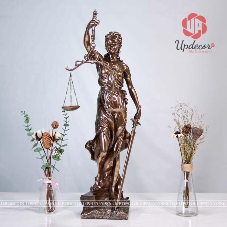 Tượng nữ thần Lady Justice ngày nay đó là sự kết hợp từ nữ thần Themis và thần Justitia