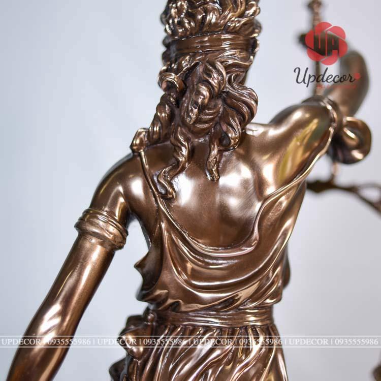 Mái tóc xoăn tự nhiên cùng trang phục điển hình của người Hy Lạp cổ đại