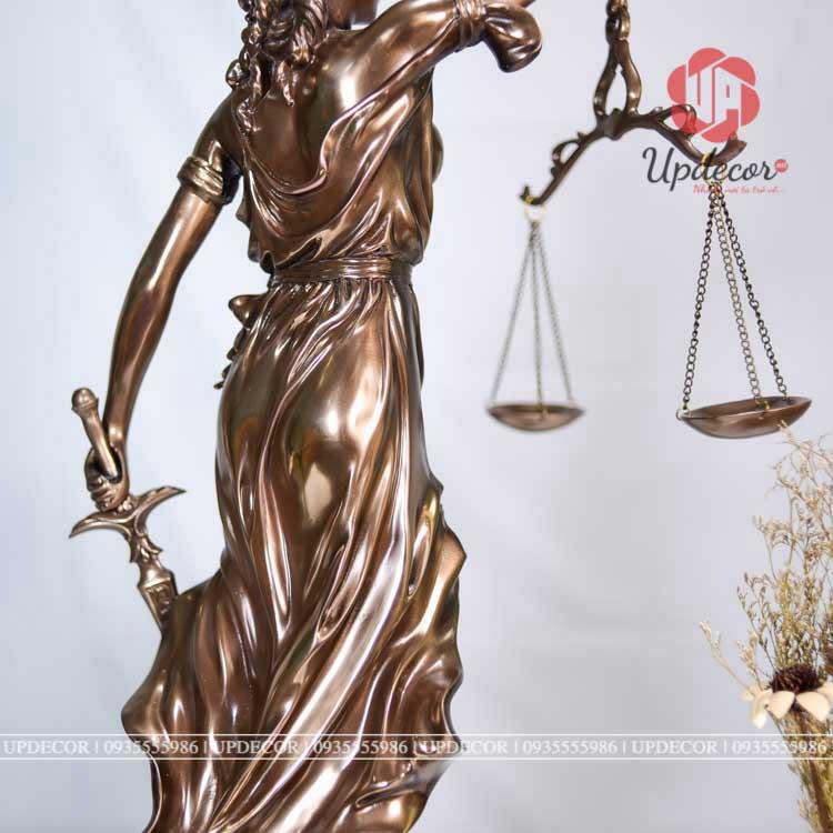 Hình ảnh nữ thần công lý tay cầm cán cân là tượng trưng cho sự công bằng và chuẩn mực