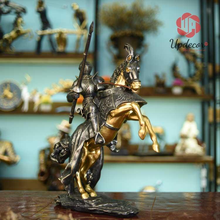 Hình ảnh tượng trang trí nội thất là chiến binh La Mã cưỡi ngựa bao hàm nhiều ý nghĩa nhân văn lớn lao và sâu sắc