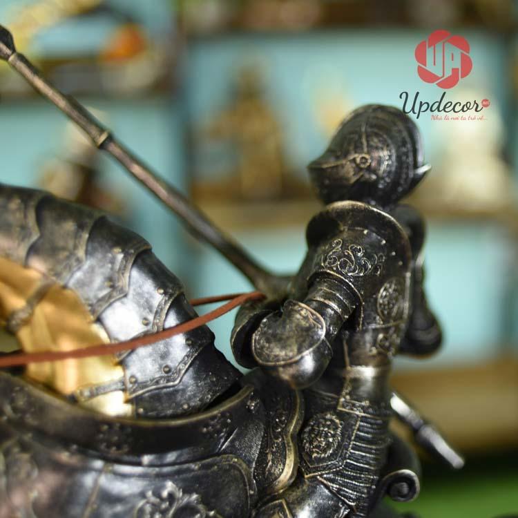 Tay phải cầm kiếm, tay trái cầm dây cương của Chiến Binh