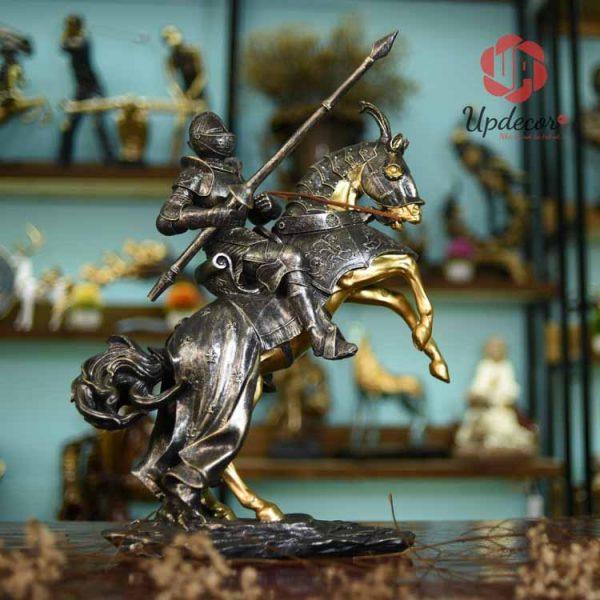 Tượng trang trí nội thất chính là chiến binh La Mã cưỡi ngựa sắt đầy oai hùng
