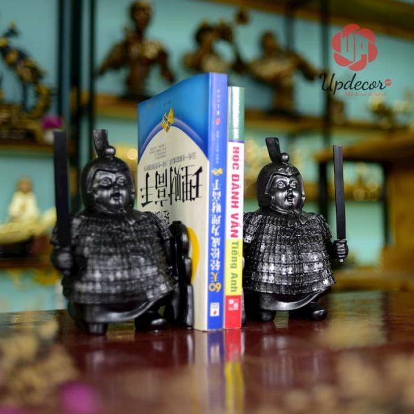 Đồ Chặn Sách Đẹp Để Bàn Chú Lính Mập