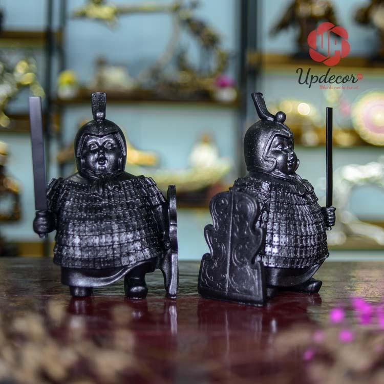 Hình ảnh hai chú lính mập béo ú cầm sách cực kỳ đáng yêu