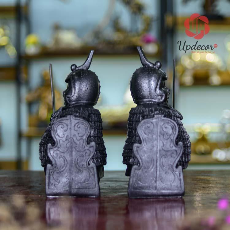 Hai chú lính cầm hai thanh gươm và chiếc khiên