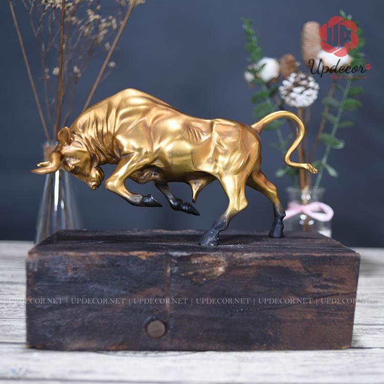 Tượng bò tót với phần thân được đúc bằng đồng, riêng phần đế được làm từ gỗ óc chó đóng tàu thuyền