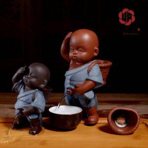 Tượng em bé đứng tè với gương mặt bụ bẫm và dễ thương