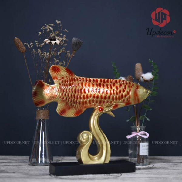 Tượng cá rồng được làm từ đá composite với chiều dài là 38 Cm
