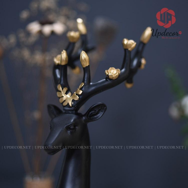 Cặp sừng được decor với những nụ hoa và bông hoa đang đua sắc nở rộ