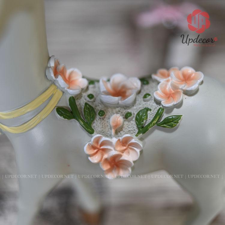 Các bông hoa được bố trí rất hài hòa trên bức tượng