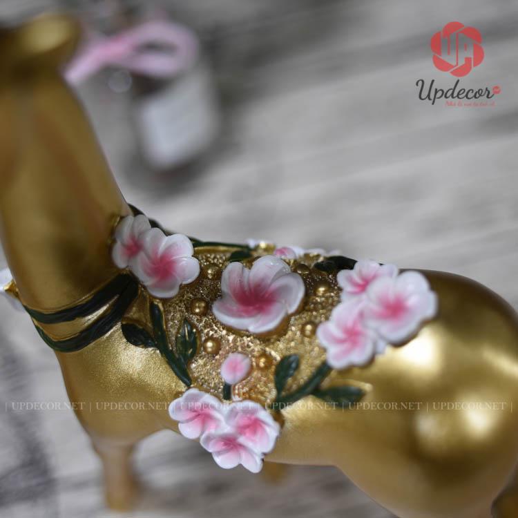 Những bông hoa mai nở rộ đặc sắc hiện diện trên thân của tượng hươu rất tinh tế và sống động