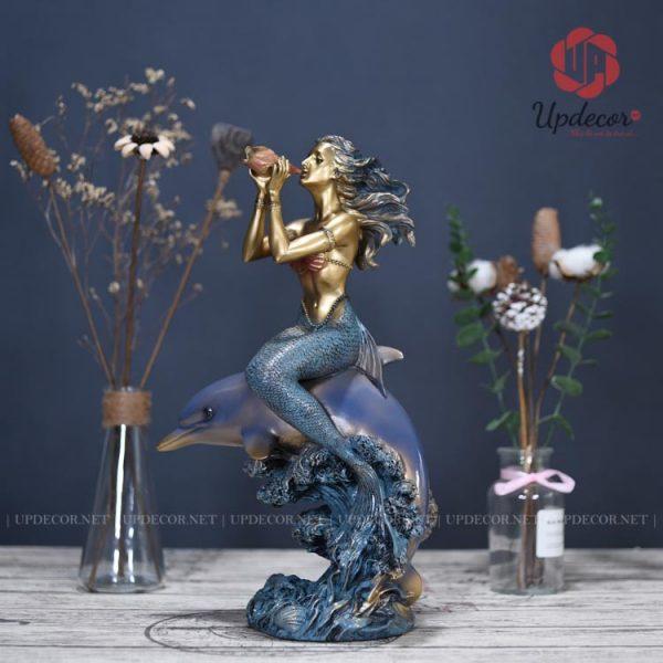 Tượng nàng tiên cá với kích thước cao 40 cm x 23 cm x 13 cm rất phù hợp để trang trí bàn làm việc, kệ tivi phòng khách