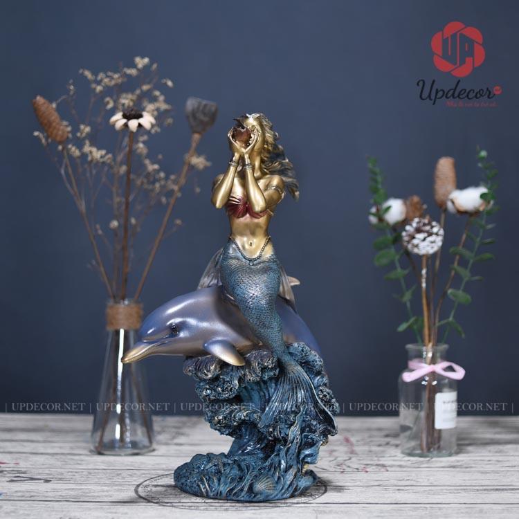 Bức tượng nàng tiên cá khắc họa rõ nét hình ảnh Mỹ Nhân Ngư đang cưỡi trên một chú cá heo dễ thương