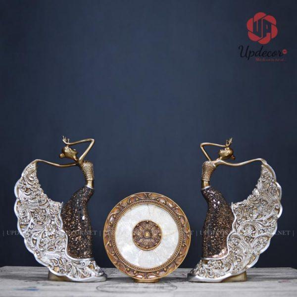 Bộ tượng thiết kế rất ấn tượng và cân xứng với bộ 3 sản phẩm: hai cô gái hai bên và 1 chiếc đĩa ở giữa