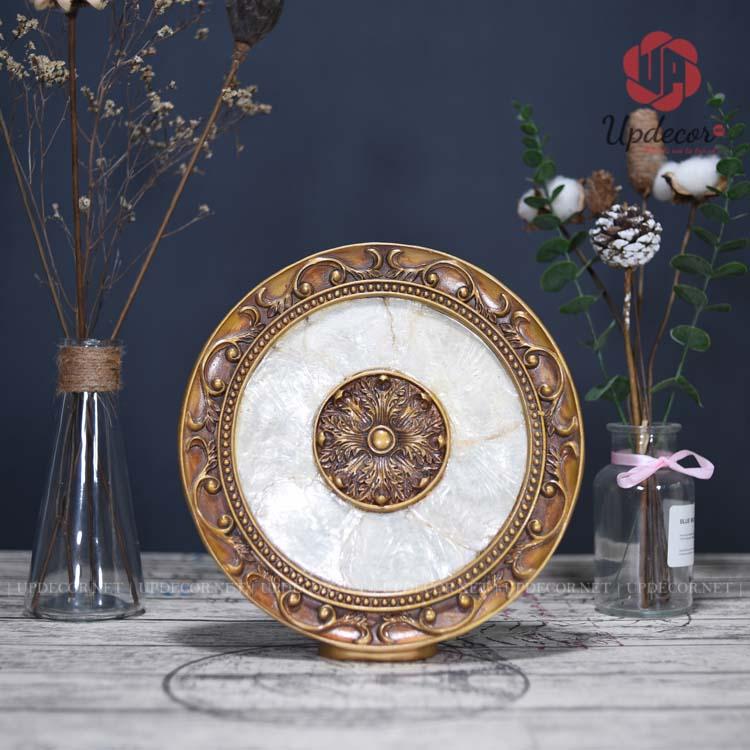 Chiếc đĩa được thiết kế với các hoa văn rất tinh tế và sắc nét