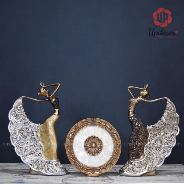 Sản phẩm có hai màu là Nâu và Vàng với kích thước mỗi tượng là cao 42 Cm, đường kính đĩa là 25 Cm phù hợp để trang trí kệ sách, kệ tivi phòng khách