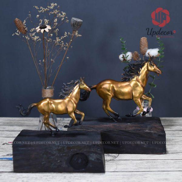 Bộ sản phẩm có hai kích thước cho quý khách lựa chọn: Ngựa bé cao 26 x 26 x 14 Cm, Ngựa To có kích thước: Cao 32 x 32 x 15 Cm