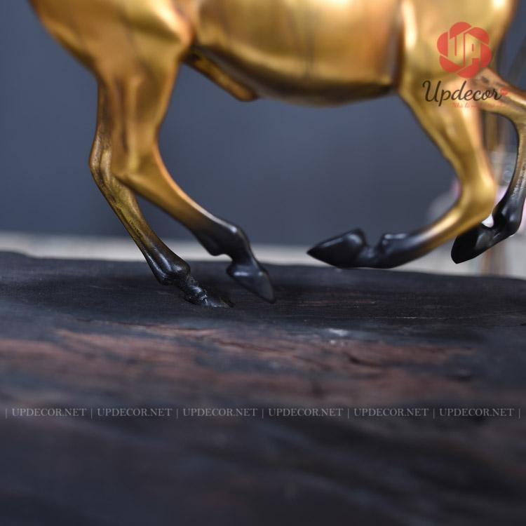 Điểm liên kết duy nhất của thân ngựa và khúc gỗ chỉ bằng một chân của con ngựa nhưng rất chắc chắn
