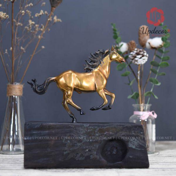 Tượng ngựa phong thủy bằng đồng với kích thước cao 26 x 26 x 14 Cm rất phù hợp để tại bàn làm việc vừa và nhỏ