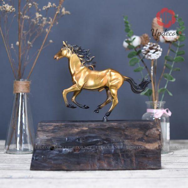 Về hình dáng và kết cấu của tượng rất giống với chú ngựa to kia