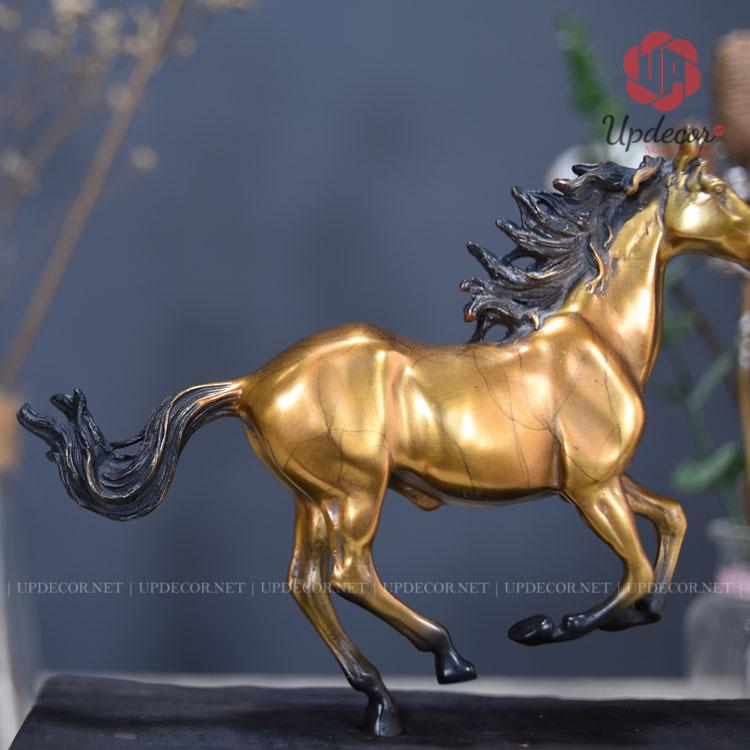 Những đôi chân được phối hợp nhịp nhàng cùng phần đuôi ngựa trông sản phẩm rất hài hòa