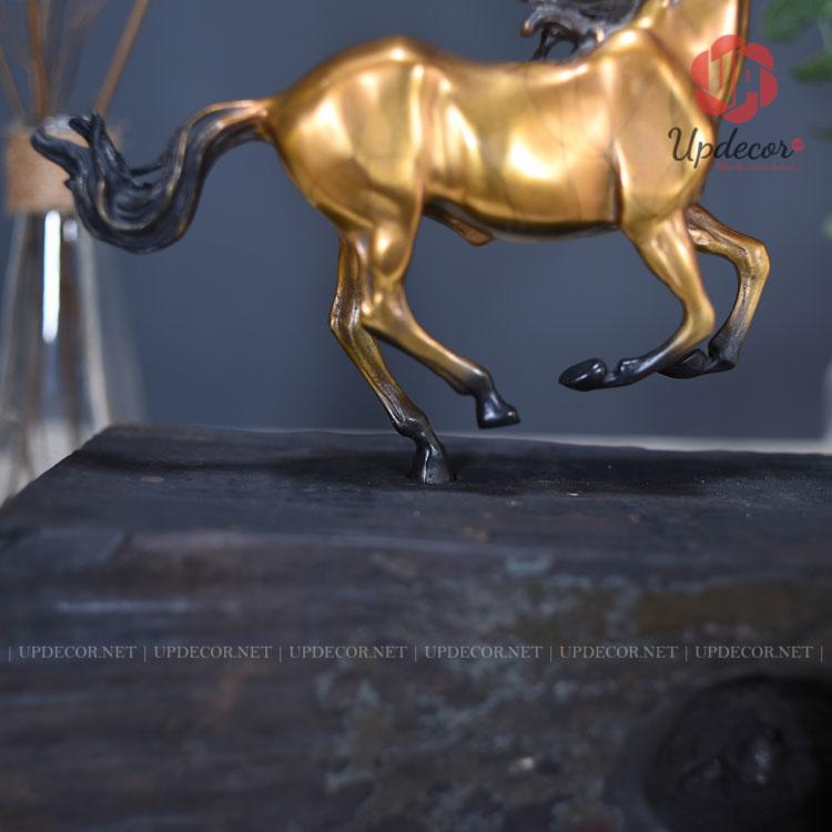 Phần thân ngựa và phần đế gỗ được liên kết với nhau bằng một chân sau của chú ngựa nhưng rất chắc chắn