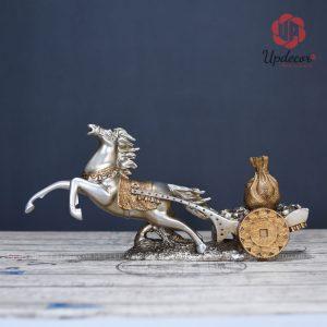 Tượng ngựa phong thủy khắc họa hình ảnh chú ngựa đang tung vó và kéo theo một túi tiền rất độc đáo