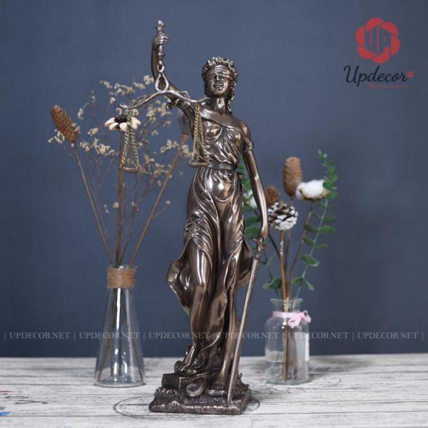 Góc nhìn chính diện của bức tượng nữ thần công lý