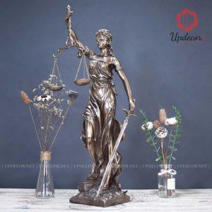 Tượng nữ thần công lý hay còn gọi là nàng Lady Justice, một biểu tượng theo đuổi của người hành nghề Luật