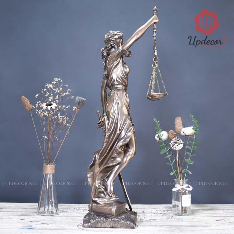 Mọi góc nhìn của nữ thần công lý đều rất hoàn hảo và nữ tính