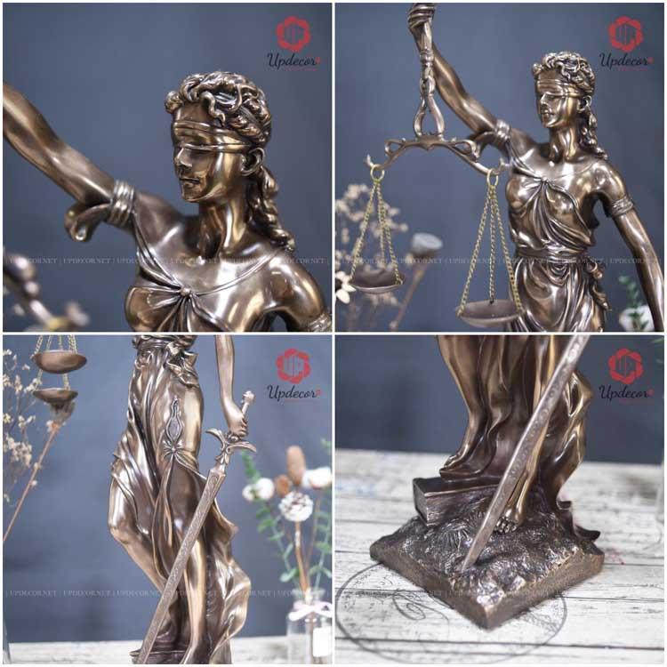 Hình ảnh bịt mắt, một tay cầm cán cân, một tay cầm thanh gươm đã trở thành một biểu tượng của nữ thần công lý