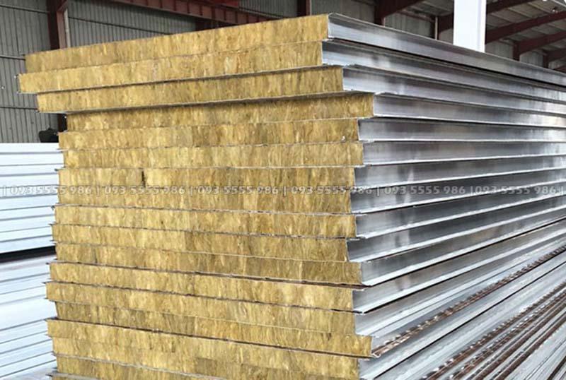 Tấm vách được cấu tạo bởi 3 lớp, 2 lớp tôn bên ngoài và một lớp bông khoáng chống cháy, chống ồn ở giữa
