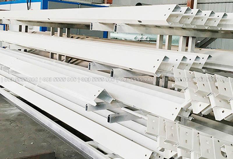 Các cột chính và dầm chính được gia công sẵn theo đúng thiết kế của nhà tiền chế