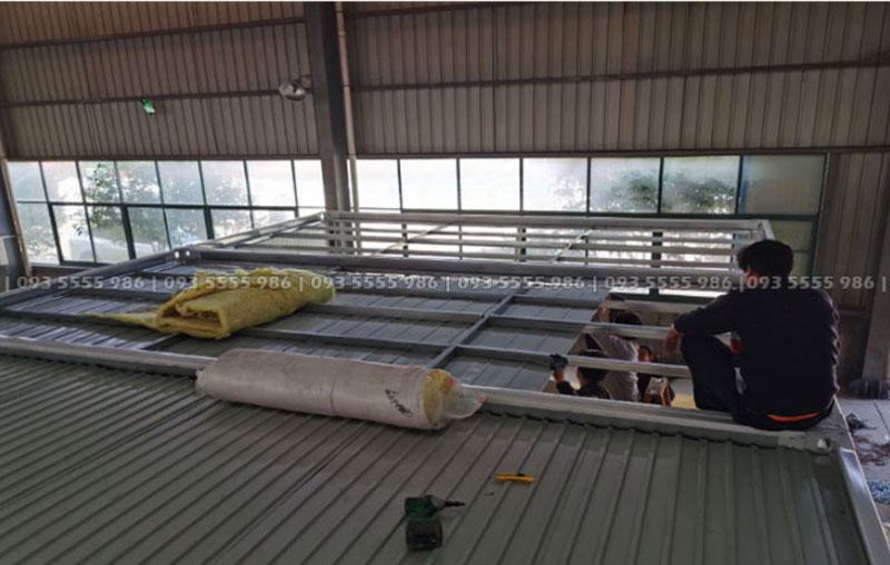 Phần mái tôn phía dưới cần được lắp đặt trước tiên, sau đó đến công đoạn tiếp theo