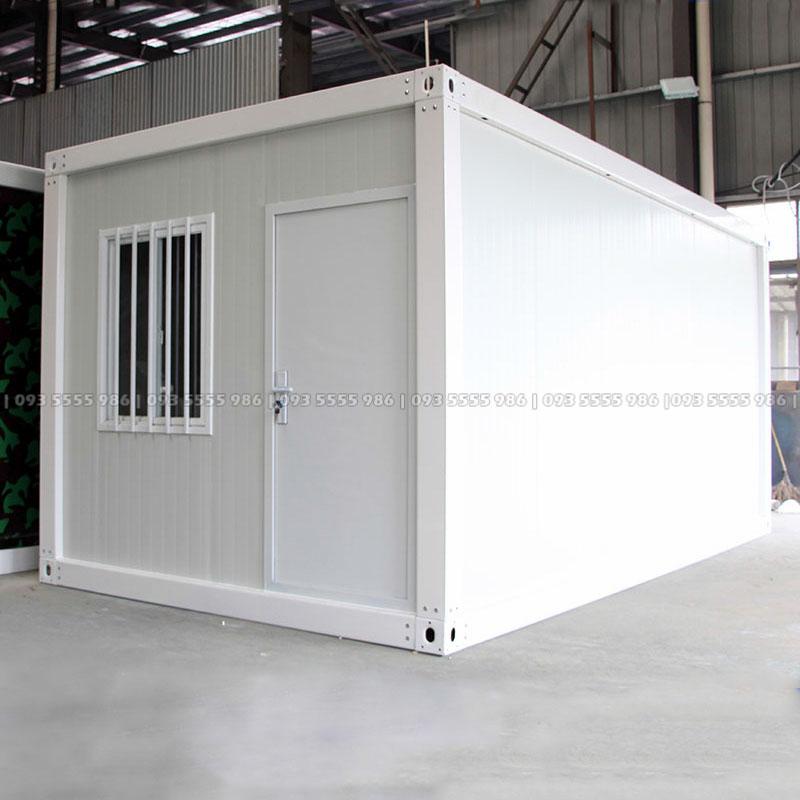 Phía mặt trước của nhà container lắp ghép gồm cửa chính và cửa sổ, các vị trí này khách hàng có thể tùy biến theo nhu cầu sử dụng