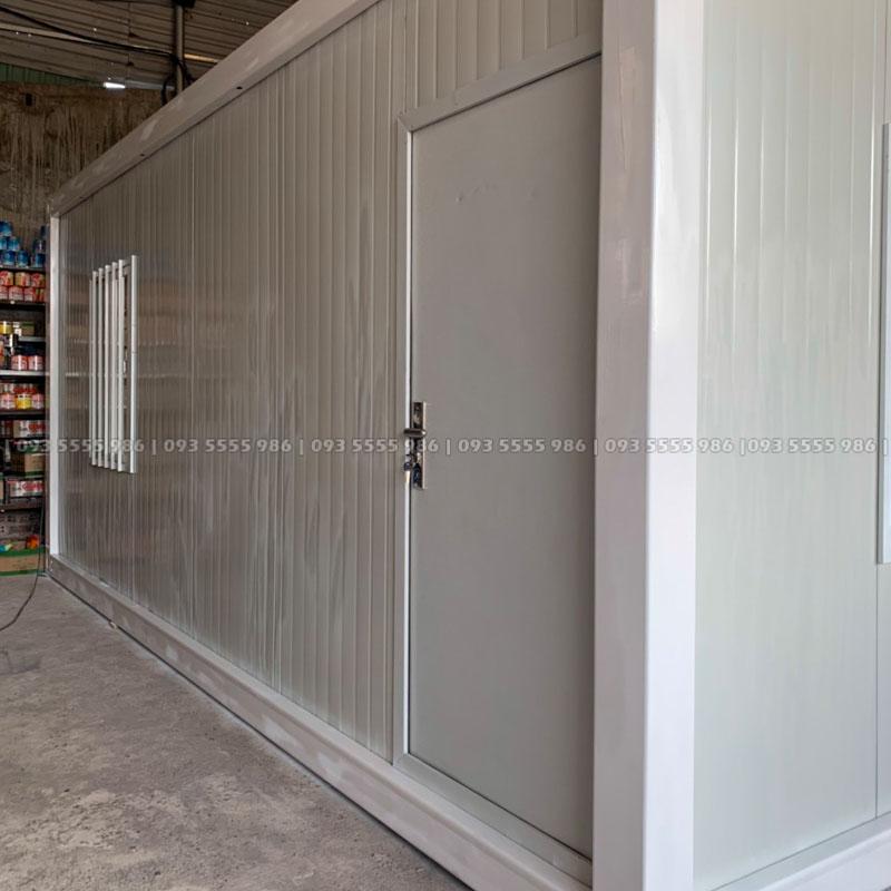 Cửa chính được làm từ cửa thép có khóa với kích thước 925 x 1970 mm rất an toàn