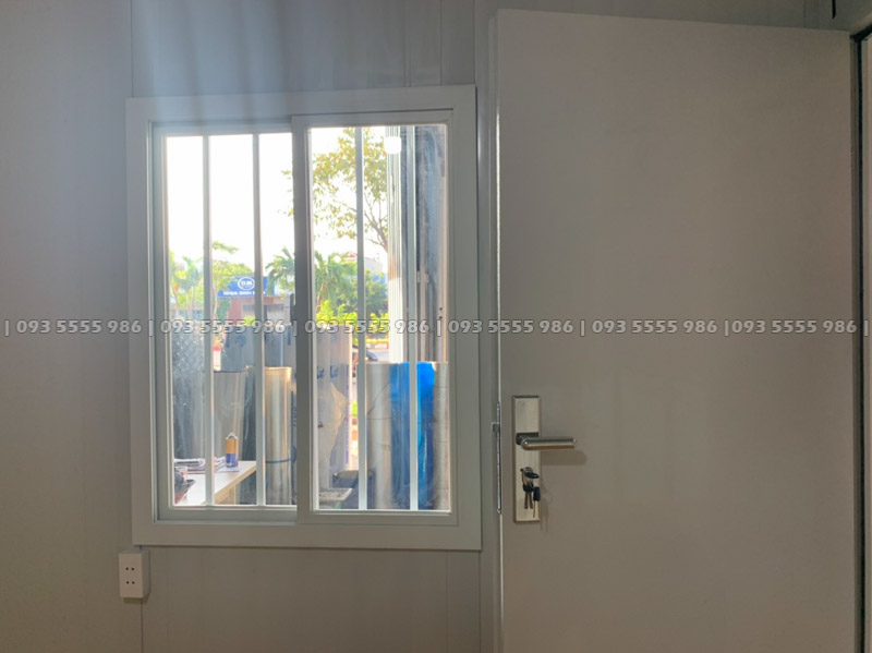 Từ bên trong nhìn ra ngoài cửa sổ qua lớp kính an toàn, dễ dàng đón những ánh sáng tự nhiên từ bên ngoài vào phòng