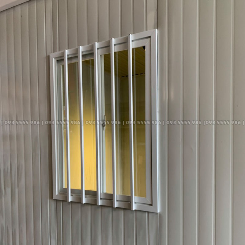 Khung cửa sổ được làm từ hợp kim nhôm cao cấp, phía ngoài được hàn khung thép chống trộm và an toàn, phía trong là kính đơn để lấy sáng cho ngôi nhà rất tiện dụng