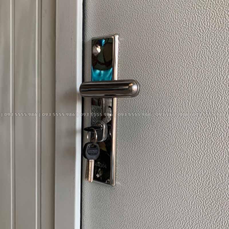 Khóa cửa được làm từ inox 304 chống rỉ và cực kỳ xịn sò